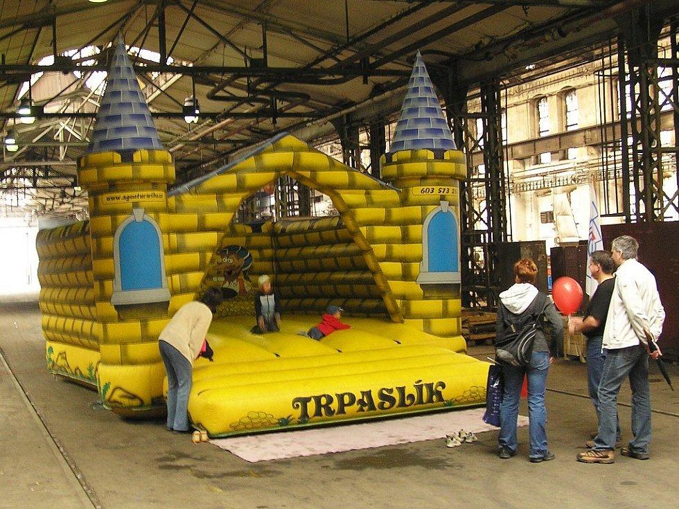 Přímo v jedné z výrobních hal byl skákací hrad pro děti.