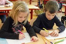Děti se učí psát novým písmem Comenia Script