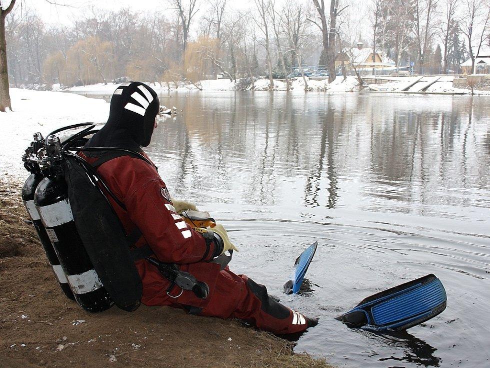 Policejní potápěč se chystá na ponor pod mostem Veslařů