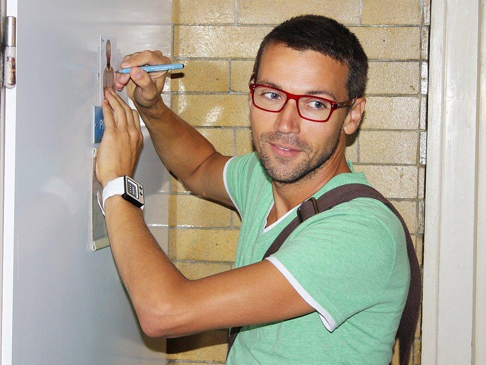 Lukáš Hejlík podepisuje svou fotografii. Umístil ji na dveře učebny výtvarné výchovy. Tuto aprobaci má totiž jako učitel v seriálu Základka.