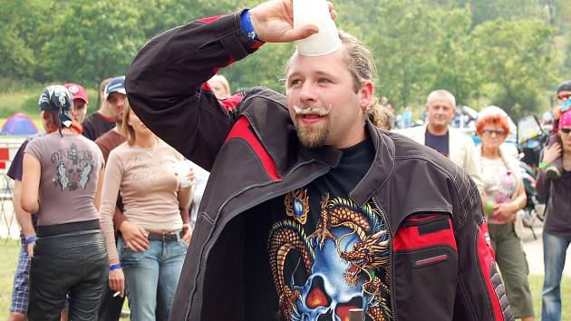 Na srazu motorkářů v Žatci se soutěžilo například v pití piva na čas.