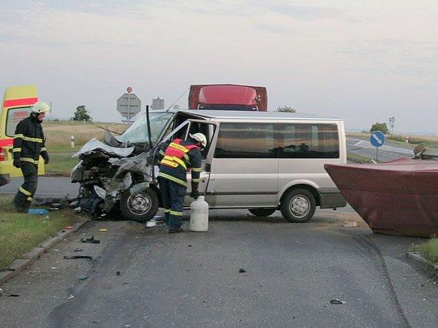 Dodávka na křižovatce smrti po srážce s polským kamionem.