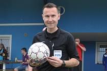 Radek Příhoda končil tam, kde začal. V Lenešicích odpískal utkání IV třídy, Lenešice B (v modrém) s Měcholupy.