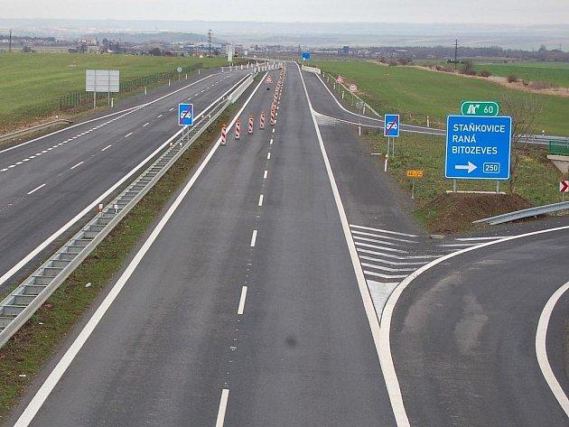Úsek silnice R7 Praha – Chomutov u průmyslové zóny Triangle na Žatecku. Ve směru na Postoloprty se má začít stavět v příštím roce.dle plánu nezačne