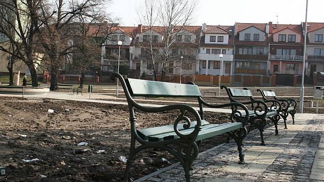 Hlína a špína, to je budoucí park na Rynečku v Lounech.