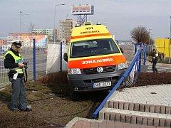 Řidič fabie vjel sanitce přímo do cesty.