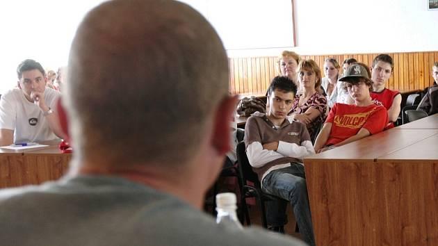 Odsouzený muž z Bělušic vyprávěl školákům o životě ve věznici, o šikaně i znásilňování. Zároveň děti varoval před nebezpečím drog.