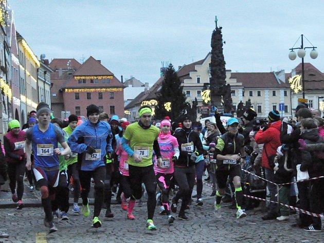 ADVENTNÍ BĚH. První ročník Adventního běhu v Žatci se setkal s velkým zájmem atletů i fanoušků.