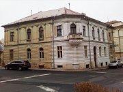 Dům na rohu ulic Šafaříkova a Politických vězňů, o který by se měl rozšířit Domov pro seniory v Žatci.