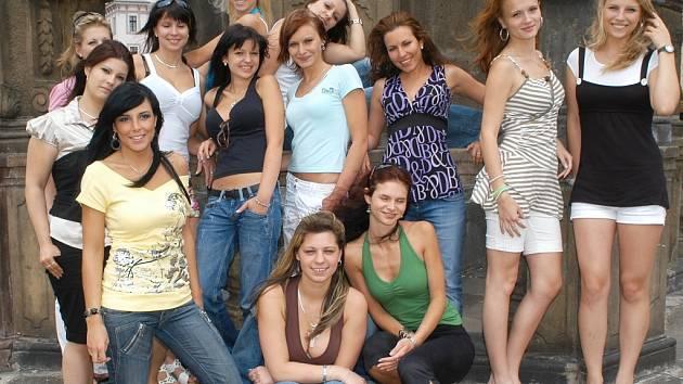 Finalistky soutěže Miss zlatého moku ČR 2008 se fotily na náměstí Svobody v Žatci.