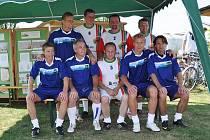 Do Lenešic si přijeli zahrát fotbalisté Kozlovny Ladislava Vízka (ten je na snímku dole druhý zleva).