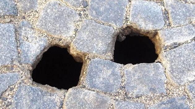 Kostky se propadly do hloubky několika metrů.
