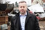 Ministr životního prostředí Richard Brabec (ANO) přijel do postoloprtské sběrny odpadů zkontrolovat, jak v praxi fungují nové zákony.