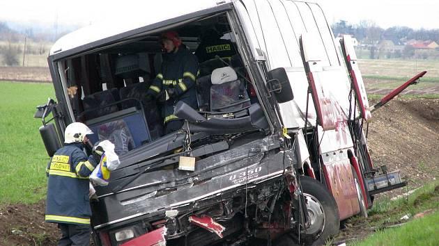 Při čelním střetu s autobusem  u Bitozevsi uhořel řidič seatu
