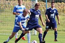 Fotbalisté Černčic (v modrých dresech) si připsali první porážku v sezoně v Novém Sedle. Nyní prohráli také na hřišti Lomu.