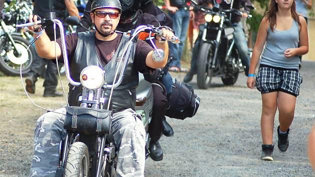 Víkendový sraz motorkářů v Žerotíně u Loun.