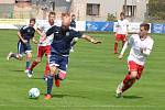 Důležité utkání v boji o záchranu zvládli lépe fotbalisté Jílového (v bílém), kteří dali domácím tři branky a zaslouženě brali tři body.