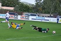 Fotbalisté Dobroměřic (v bílém)  bez několika hráčů základní sestavy deklasovali diskutující Klášterec.