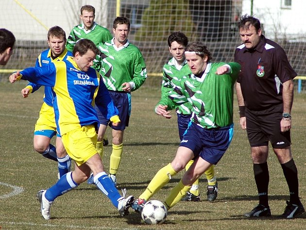 Nejlepšího hráče sobotního derby Julia Holáka (vpravo) v souboji s  dobroměřickým Jiřím Holochem sledují zleva Papcun, L. Holák, Pohorelec, M. Plánička a sudí Fraško.