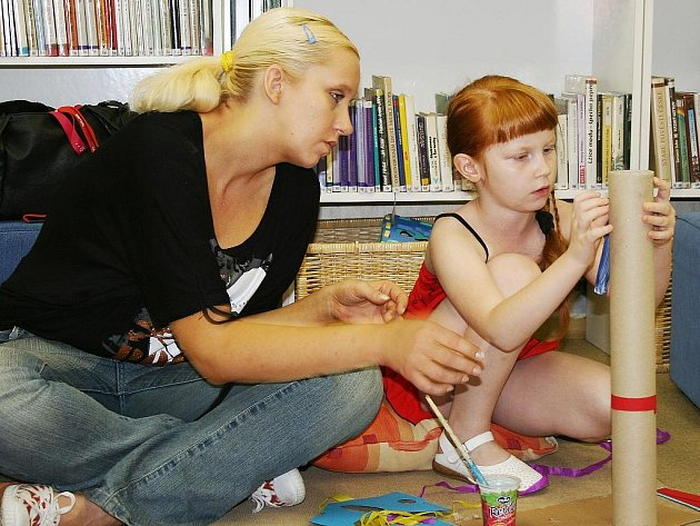 Sedmileté Heleně Kuthanové pomohla s výrobou totemu maminka Helena.