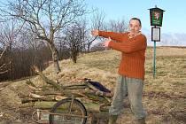 Jiří Pengert odváží větve z pokácených stromů.