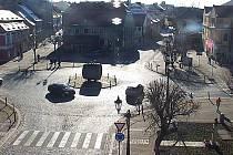 Nehoda na Kruhovém náměstí v Žatci, kde osobní automobil srazil chodkyni