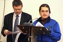 Lounský zastupitel Michael Straka hovoří ke kolegům na zasedání 18. února. Vlevo hledí do dokumentů zastupitel Jan Kerner