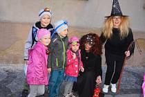 Stovky dětí se vydaly putovat žateckým historickým centrem, čekala tam na ně strašidelná stezka odvahy.