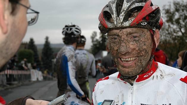 Přestože podbořanský cyklokrosař Kamil Ausbuher (Exe Jeans) na trati  v ulici, kde bydlí, opět nevyhrál a skončil až čtvrtý,  nechyběl mu v cíli  úsměv v zablácené tváři.