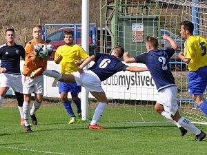 Petr Králík, brankář Kadaně, zasahuje před dobroměřickými dotírajícími fotbalisty Tomášem Kočkou (6) a Jakubem Valtou (2).