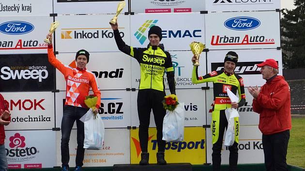 V Lounech se jel národní pohár cyklokrosařů. Domácím jezdcům se dařilo skvěle, vybojovali dvě zlata. Adam Seeman (v černém) triumfoval v kategorii juniorů.