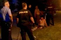 Policisté sledují situaci před lounskou diskotékou Impérium.