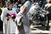 Lounský děkan Werner Horák u kláštera v Dolním Ročově požehnal a posvětil svěcenou vodou přibližně dvě stovky motocyklů.
