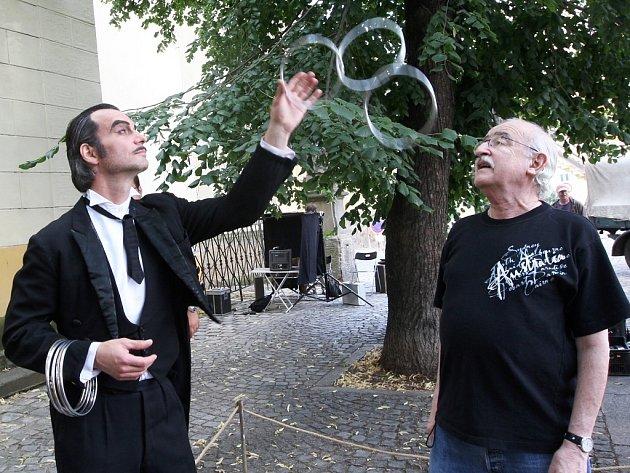 Ivan Trojan a Juraj Herz probírají detaily natáčení dalšího kouzelnického triku.