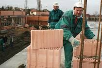 Jan Blahovič (vpředu) a František Dörfler pracují na stavbě nového obchodního centra v Lounech.