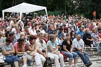 Návštěvníci folk a country scény na lounském výstavišti se baví při vystoupení Ivo Jahelky