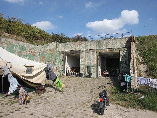 Vojenský bunkr v Drnově u Slaného, kde byla uvedena hra Uran