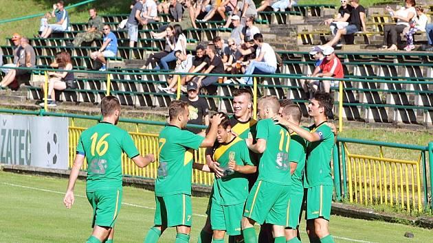 Hráči Slavoje Žatec (v zeleném) po dobrém výkonu porazili FK Litoměřicko B 3:1.