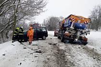 Srážka osobního vozu se sypačem u Blšan