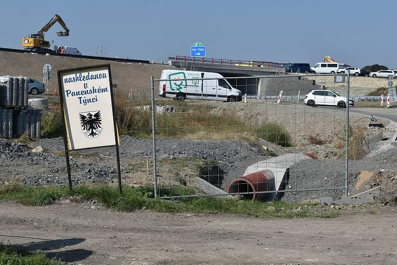 Výstavba tři a půl kilometru dlouhé dálnice D7 Praha – Chomutov u Panenského Týnce na Lounsku.