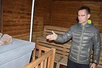 Radek Příhoda, šéf Správy sportovních zařízení města Louny, ukazuje na kamna, která také prošla opravou.