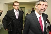 Obžalovaný Petr Hinterholzinger (vlevo) přichází v pondělí 20. dubna k líčení u Okresního soudu v Lounech.