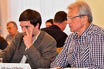 Zasedání zastupitelů Žatce 24. června 2015. Miroslav Šramota (vlevo) a Karel Krčmárik