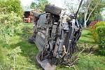 Překvapení čekalo na zahrádkáře ze Žatce, na svých záhonech a trávníku našel totiž auto. Ve čtvrtek 7. května ráno tam na frekventované silnici I/27 z Plzně na Most nedaleko Kauflandu havaroval mladý řidič.