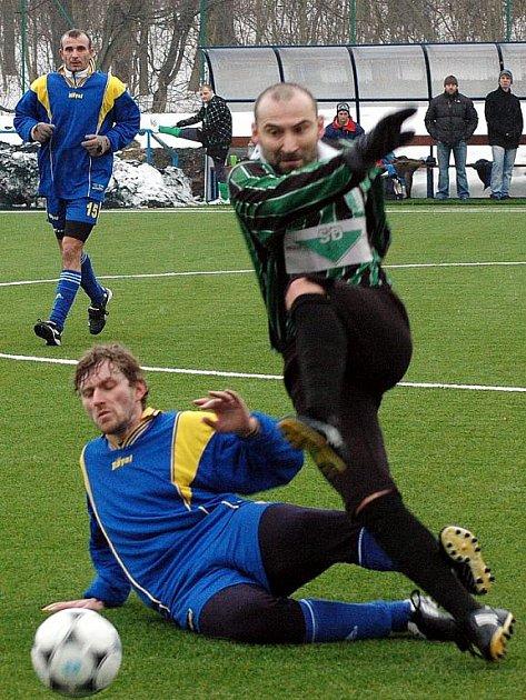 V utkání II. kola prohráli fotbalisté FK Postoloprty s Údlicemi 1:4. Souboj domácího Jana Laibla (na zemi) s autorem jedné z branek Martinem Kostkou.