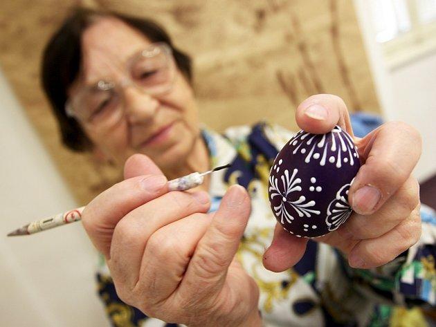 Pětasedmdesátiletá pražská výtvarnice Jitřena Svobodová zdobí kraslice v žateckém muzeu.