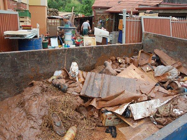 Po bleskové povodni se vKryrech uklízí. Postižené byly hlavně ulice Vodní a Hluboká cesta.