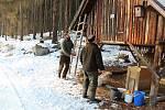 Myslivci Václav Šedivý (vlevo) a Martin Keil při práci v krmelci v lese u Markvarce.