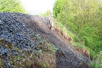 Železniční násep postižený sesuvem u Blatna na Podbořansku