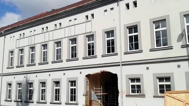 V Žatci začala rekonstrukce bývalých papíren. Už byla vybourána díra pro budoucí vjezd z ulice Volyňských Čechů.